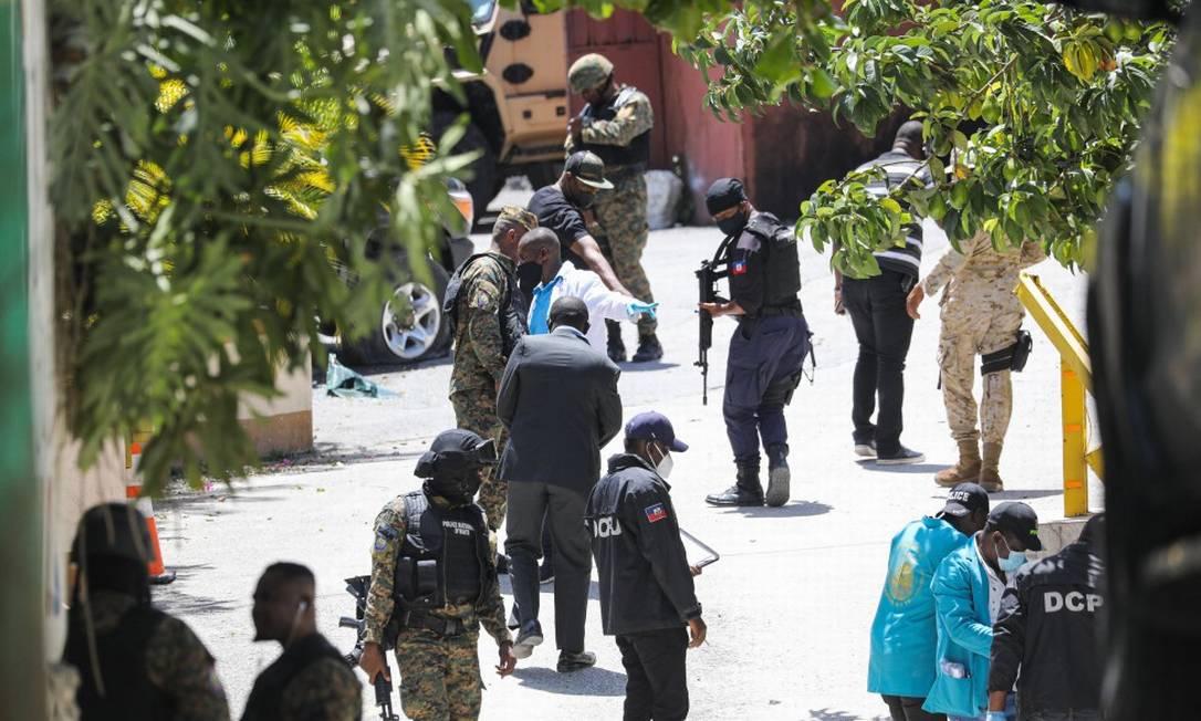 Membros da polícia do Haiti inspecionam a casa onde ocorreu o assassinato Foto: VALERIE BAERISWYL / AFP