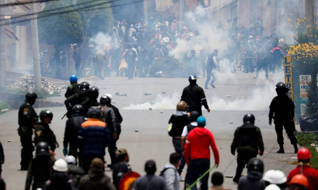 Apoiadores de Evo Morales e a polícia boliviana em protesto em novembro de 2019 Foto: CARLOS GARCIA RAWLINS / Reuters 13-11-19