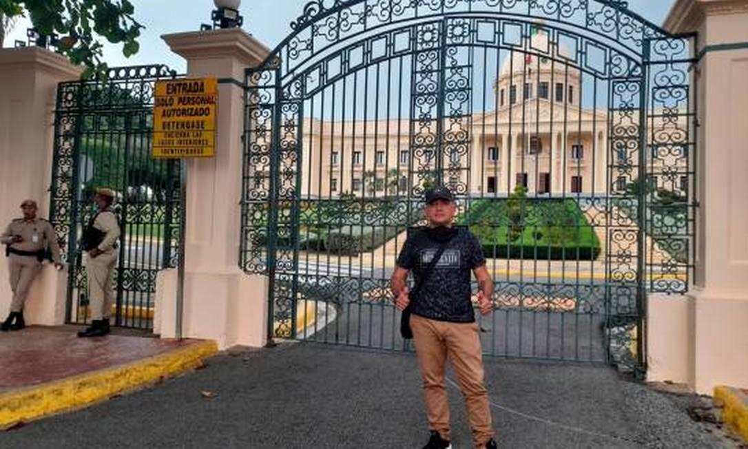 L'ex militare colombiano Manuel Antonio Grosso Guarín posa per una foto davanti al palazzo presidenziale della Repubblica Dominicana Immagine: Riproduzione/Facebook