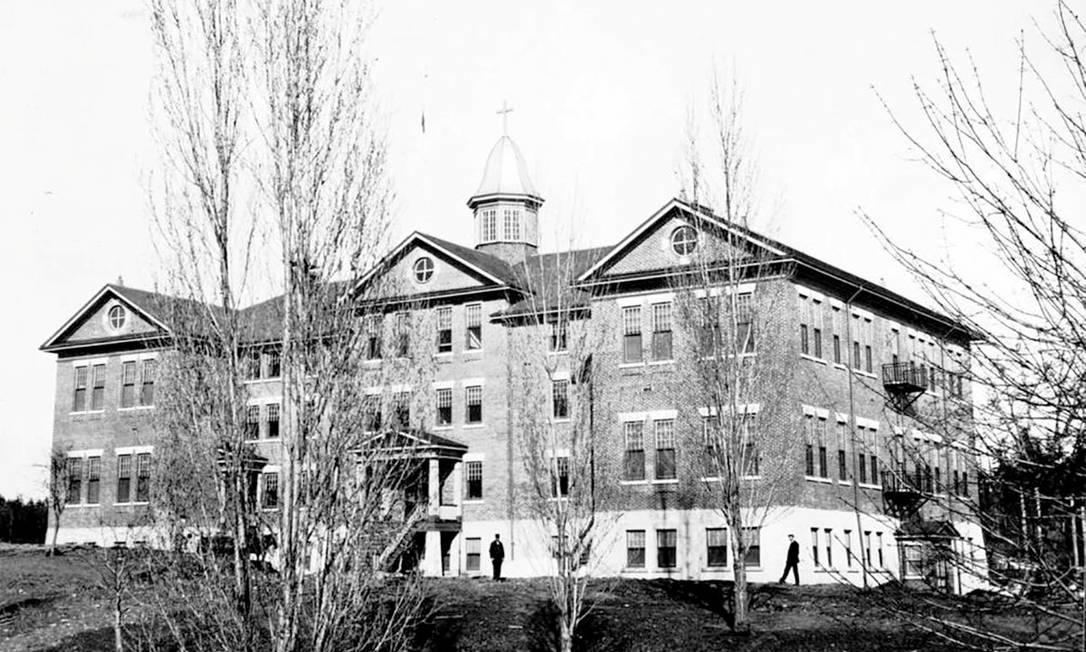 A Escola Residencial Indígena Kuper Island é um dos internatos em que foram encontradas tumbas de crianças indígenas no Canadá Foto: ROYAL BC MUSEUM / via REUTERS