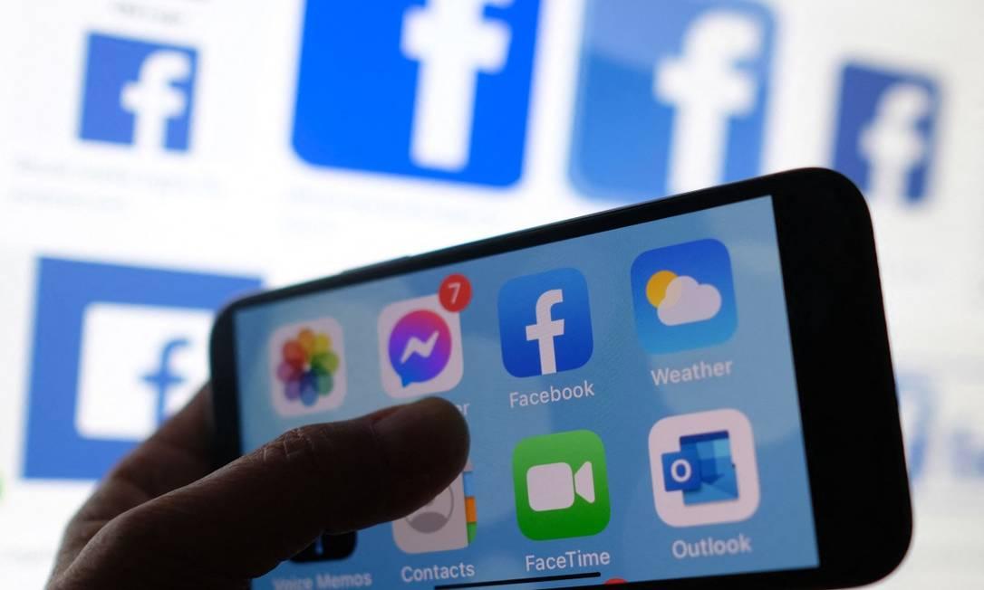Smartphone com logotipo de aplicativos: equipamento Pegasus consegue invadir telefones com facilidade Foto: CHRIS DELMAS / AFP