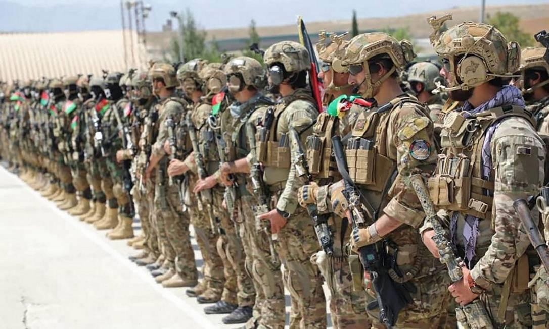 Cerimônia de graduação de militares do Exército do Afeganistão, que trava uma guerra com o Talibã: o país pode mergulhar na instabilidade Foto: - / AFP