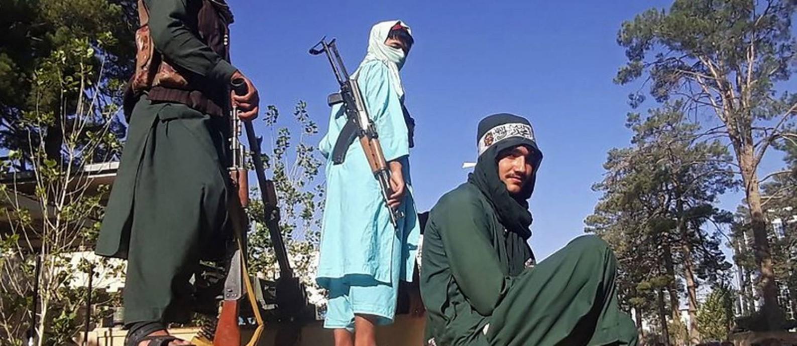 Talibãs ocupam posto de controle em Herat, perto da fronteira com o Irã. Terceira maior cidade do Afeganistão foi tomada pela milícia na semana passada Foto: AFP 13-8-21