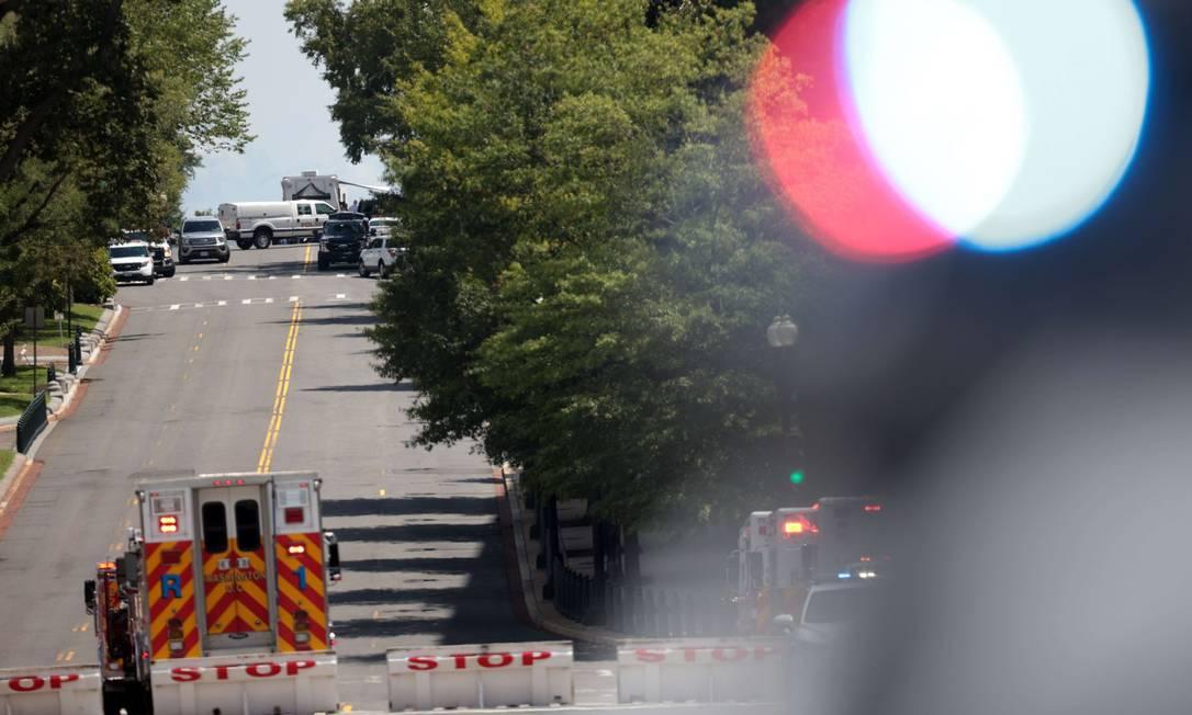 Policiais negociam com homem em caminhonete em frente à Biblioteca do Congresso em Washington Foto: WIN MCNAMEE / AFP