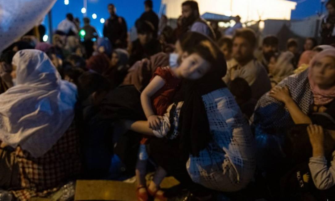 Foto de refugiados esperando para embarcar em aeroporto em Cabul, em foto divulgada pelo Exército da França Foto: Estado-maior do Exército da França / AFP