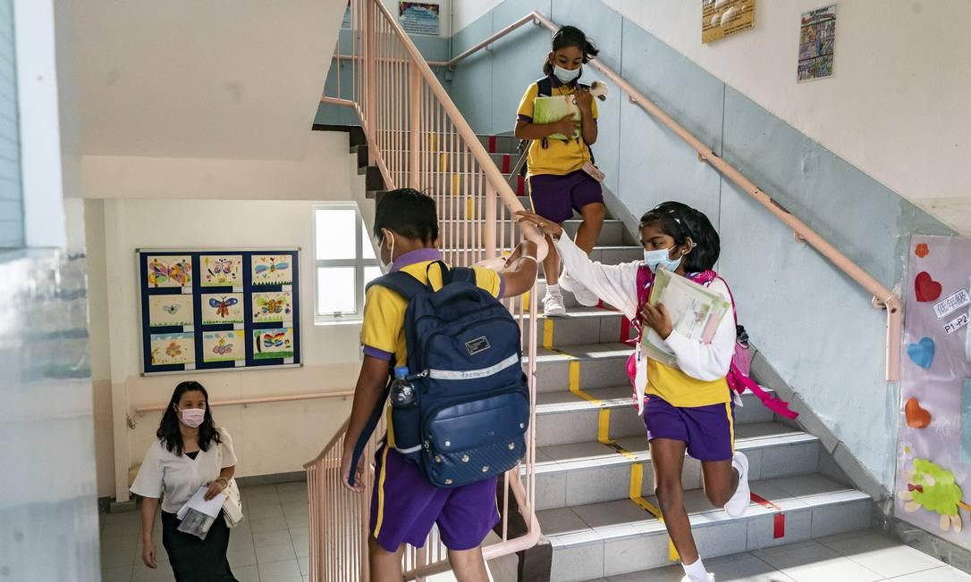 Alunos descem escadas da Escola Chiu Sheung, em Hong Kong: turmas estão encolhendo conforme muitas famílias deixam a ilha Foto: ANTHONY KWAN / NYT