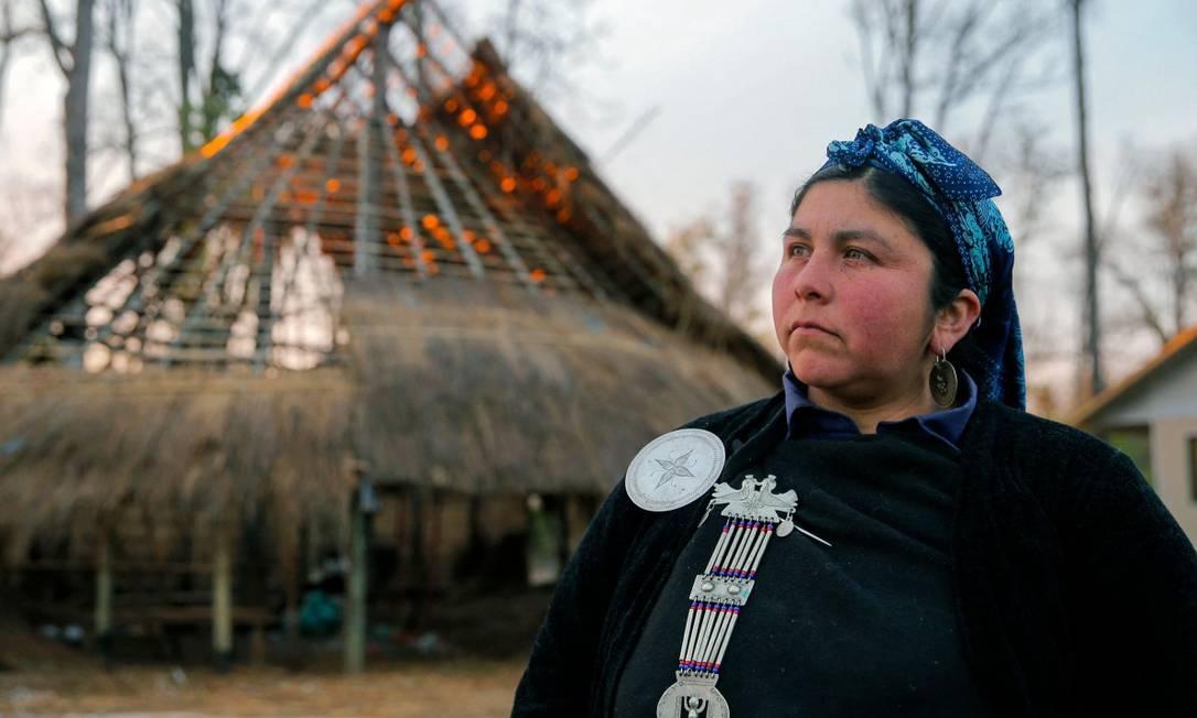 Machi (xamã) Jesica Huentemil, da comunidade mapuche Fermin Manquilef, na comuna de Freire, região da Araucanía, no Sul do Chile Foto: JAVIER TORRES / AFP 27-9-21