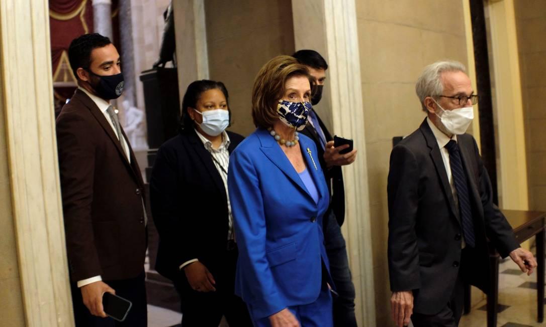 A presidente da Câmara americana, Nancy Pelosi, chega em seu escritório no Congresso nesta terça-feira Foto: JAMES LAWLER DUGGAN / REUTERS