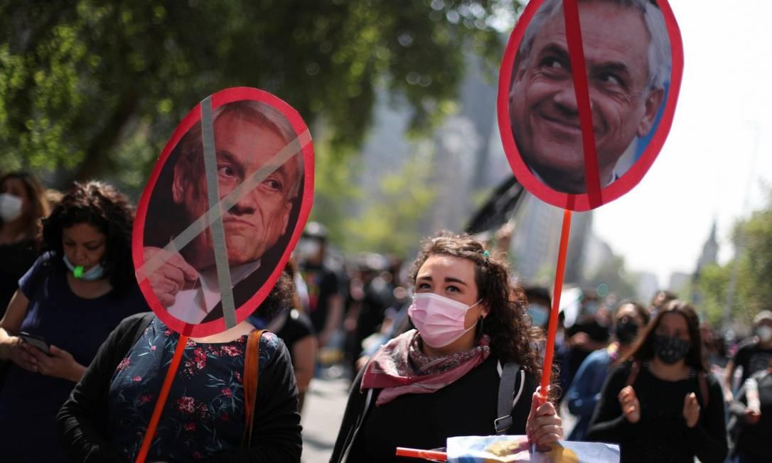 Manifestantes em Santiago pedem aumento salarial para professores e renúncia de Piñera; oposição abriu processo de impeachment contra o presidente no Congresso Foto: IVAN ALVARADO / REUTERS