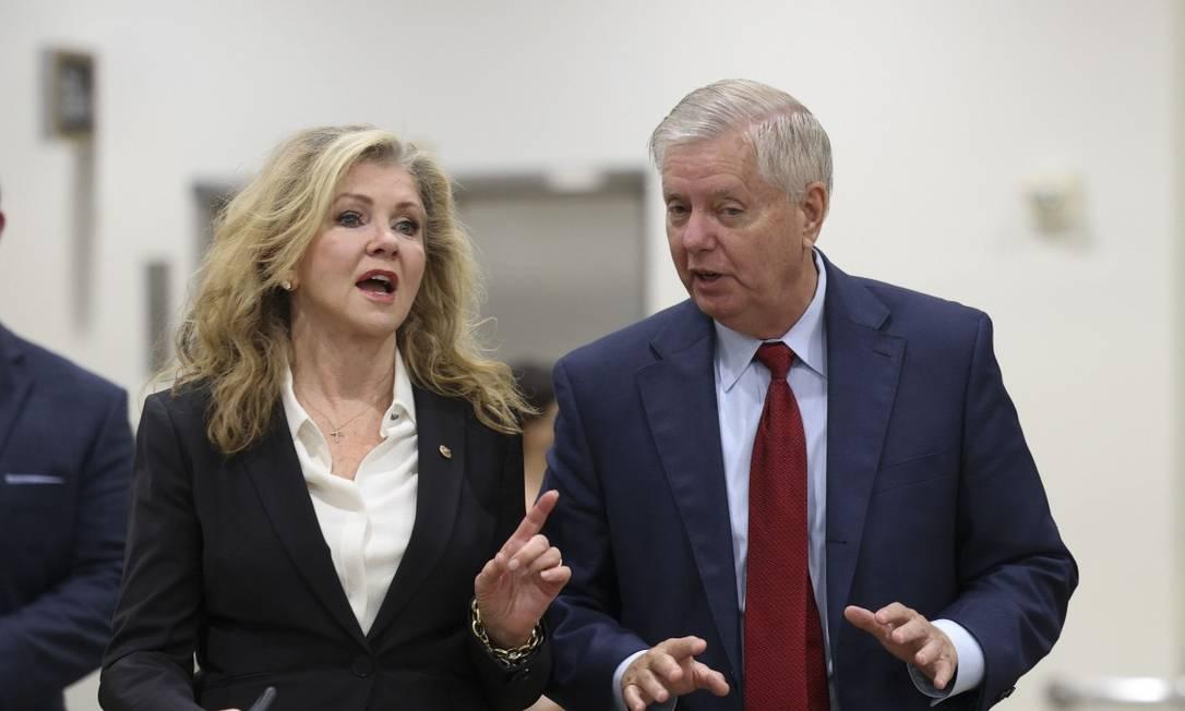 O senador republicano Lindsey Graham conversa com a senadora correligionária Marsha Blackburn em Washington 5-10-21 Foto: Kevin Dietsch / AFP