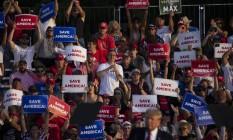 Trump em comício em Wellington, Ohio, em junho: grande parte do eleitorado republicano comprou a falsa alegação de que eleição foi fraudada, e políticos do partido, temendo expurgo, não ousaram ir contra ex-presidente Foto: MADDIE MCGARVEY / New York Times/26-6-2021