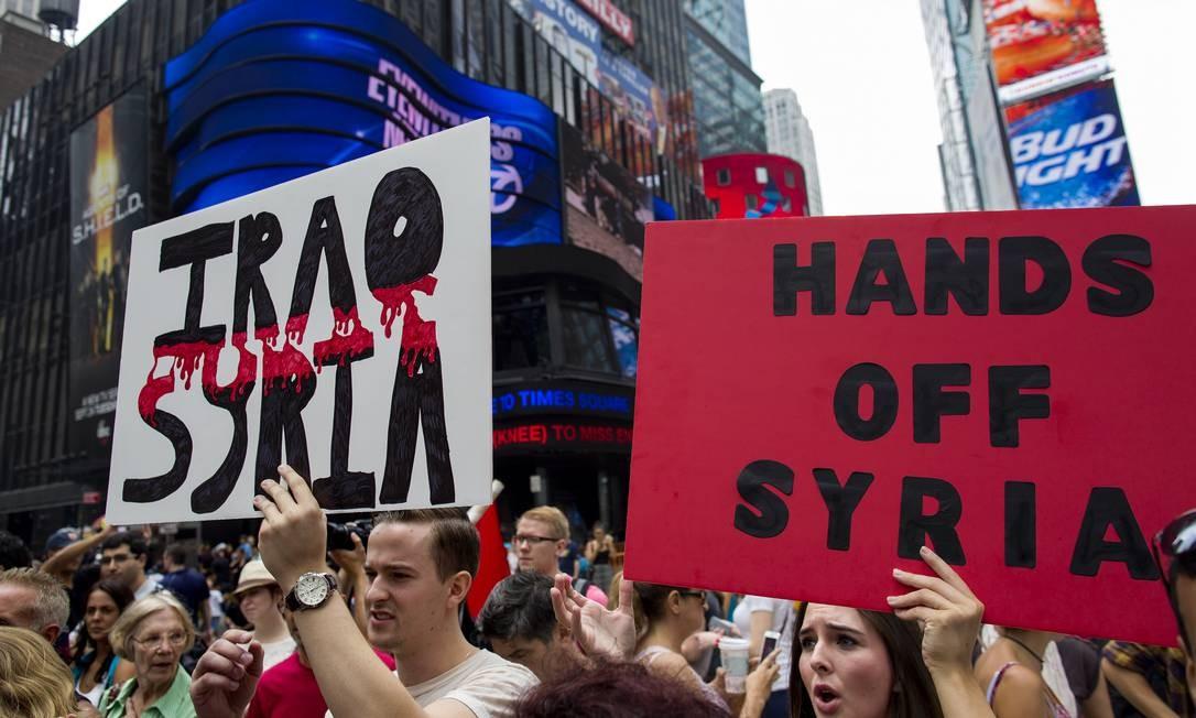 No dia em que o presidente Barack Obama anunciou que os EUA estão prontos para atacar a Síria, manifestantes tomaram a Times Square para protestar contra uma possível intervenção militar Foto: Craig Ruttle / AP