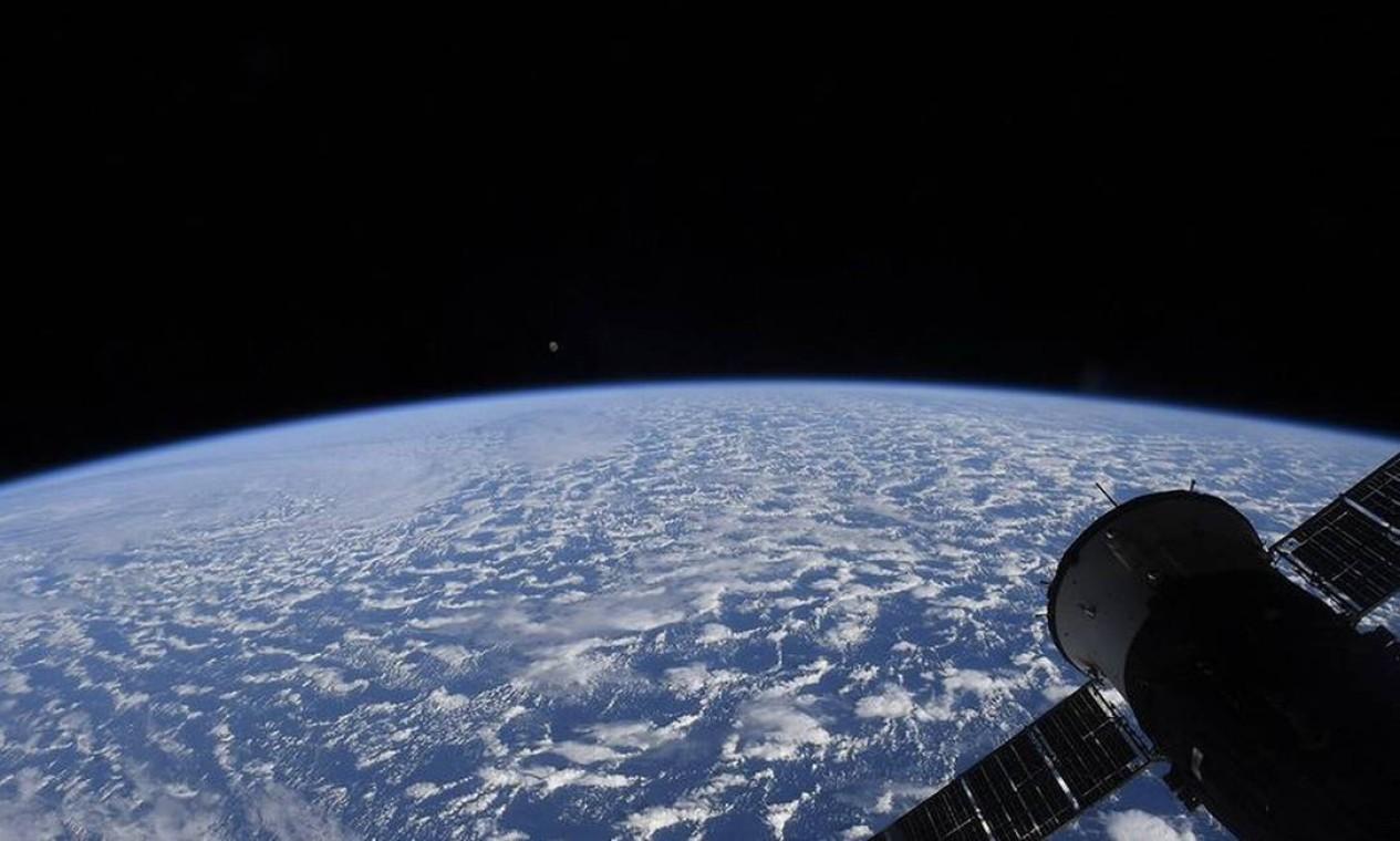 Registro feito por Pequet no Cupola Observatório da Estação Espacial Internacional mostra o horizonte e o planeta Terra. Foto: Instagram / @thom_astro