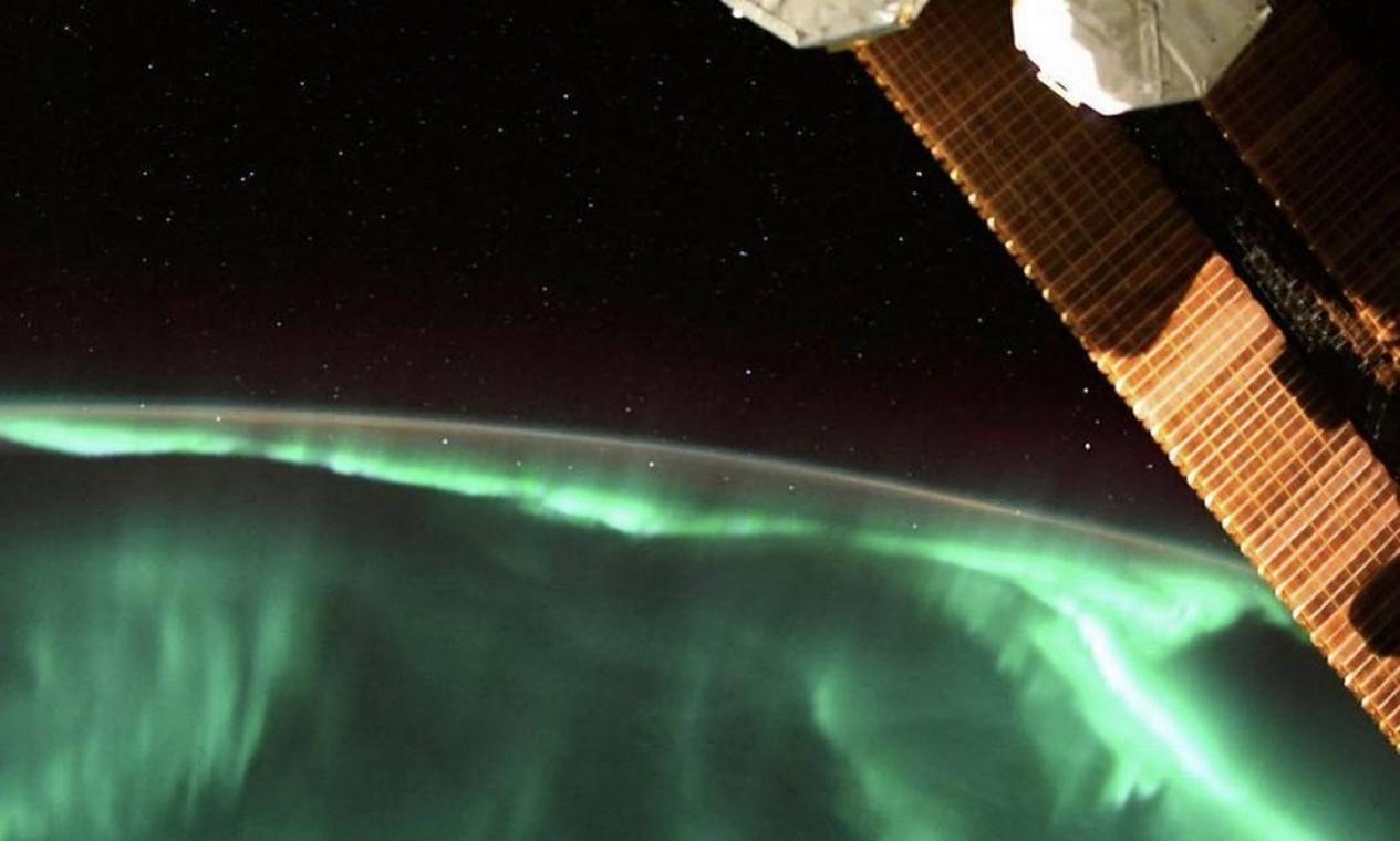 Aurora boreal com luzes verdes registrada pelo astronauta no último dia 14 de agosto. Foto: Instagram / @thom_astro