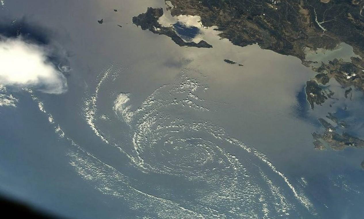 """Um redemoinho de nuvens sobre o Mar Mediterrâneo foi capturado pelo astronauta Thomas Pequet, que brinca: """"Eu mencionei que gosto de nuvens?"""" Foto: Instagram / @thom_astro"""