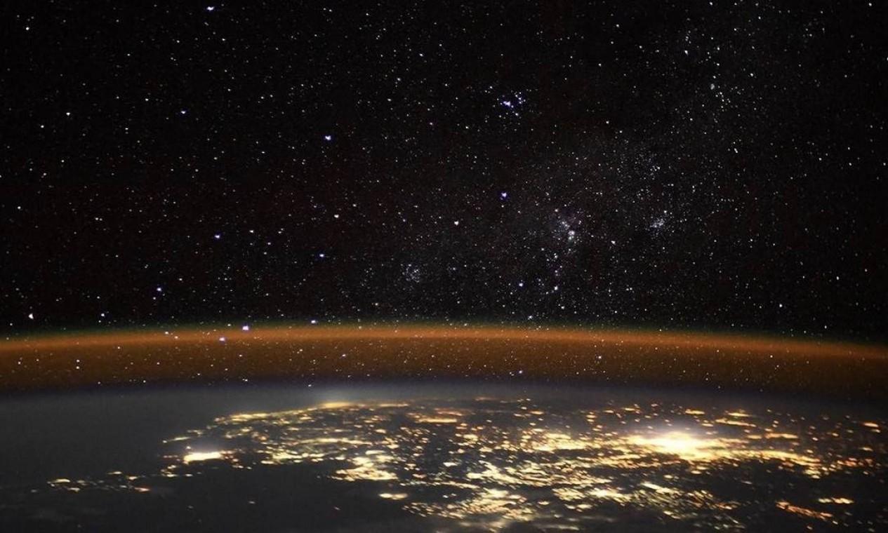 """""""Às vezes, as luzes das estrelas brigam com as luzes das cidades por quem são as mais brilhantes e mais bonitas. Eu só sou sortudo de poder ser o juiz"""", disse Thomas Pesquet na postagem. Foto: Instagram / @thom_astro"""