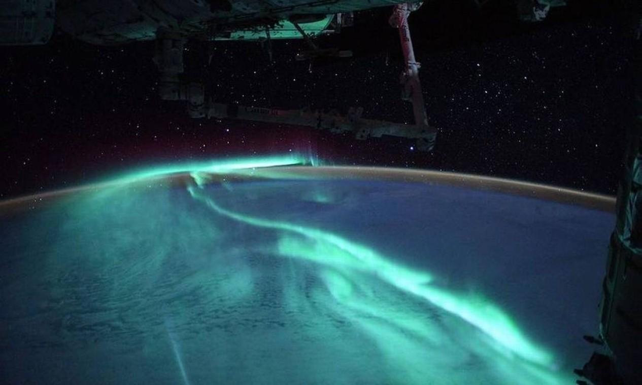 Aurora capturada pelo astronauta sob a luz da lua cheia impressiona pela coloração azul. Foto: Instagram / @thom_astro