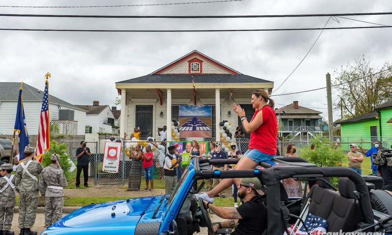 Desfile de jipes foi organizado em frente à casa de Lawrence Brooks para comemorar os 112 anos do veterano da Segunda Guerra. Foto: Museu Nacional da Segunda Guerra Mundial