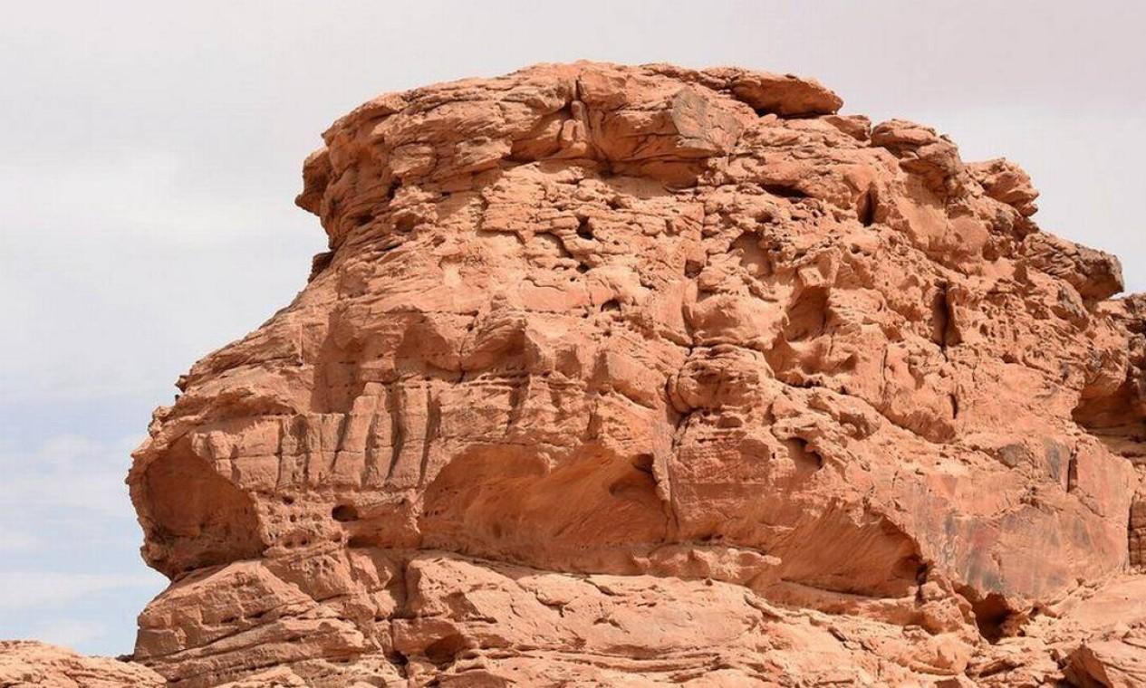 As imagens esculpidas nas rochas são em grande escala. Foto: AFP