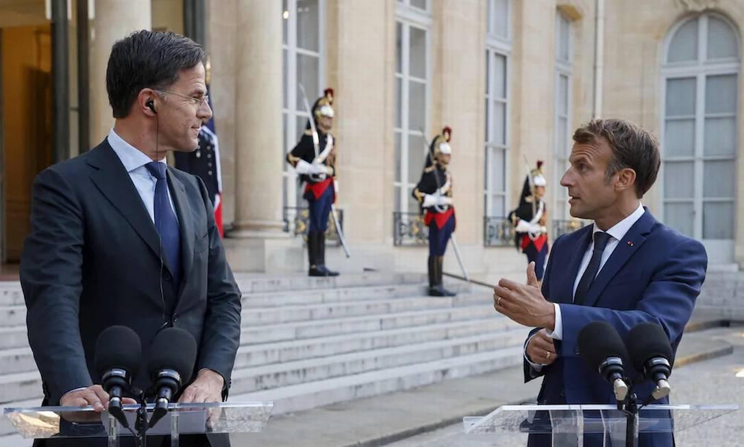 Mark Rutte, primeiro-ministro holandês, ao lado de Emmanuel Macron, presidente da França. Foto: AFP