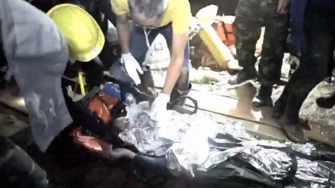 Socorristas prestam assistência a menino transportado em maca dentro de caverna na Tailândia Foto: Reprodução