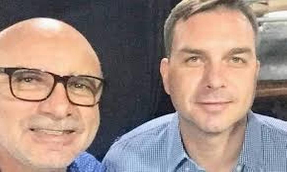 Flávio Bolsonaro e o ex-assessor Fabrício Queiroz; exoneração ocorreu em meio a investigações na Alerj Foto: Arte