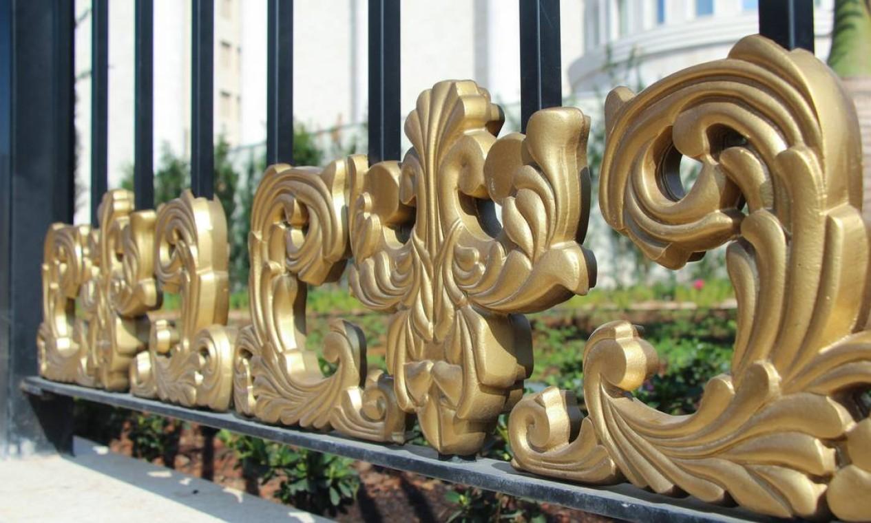 Detalhe do portão do Templo de Salomão, na área externa da igreja Foto: Marcelo S. Camargo / Agência O Globo