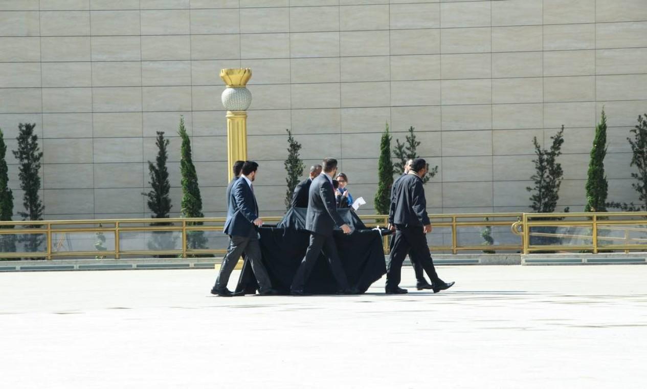O evento não foi aberto para a imprensa, que assistiu a cerimônia do lado de fora do tempo por um telão Foto: Marcelo S.Camargo / Agência O Globo