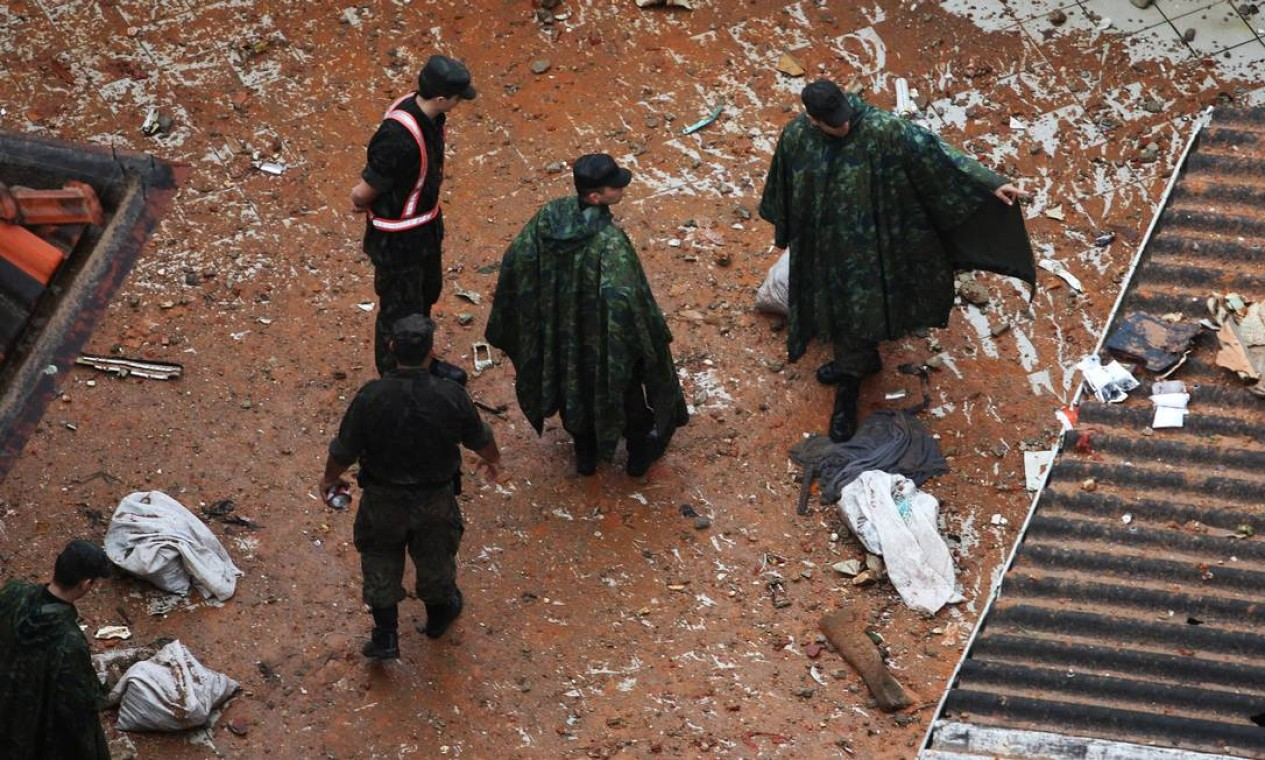 Bombeiros trabalham no local do acidente Foto: Fernando Donasci / Agência O Globo