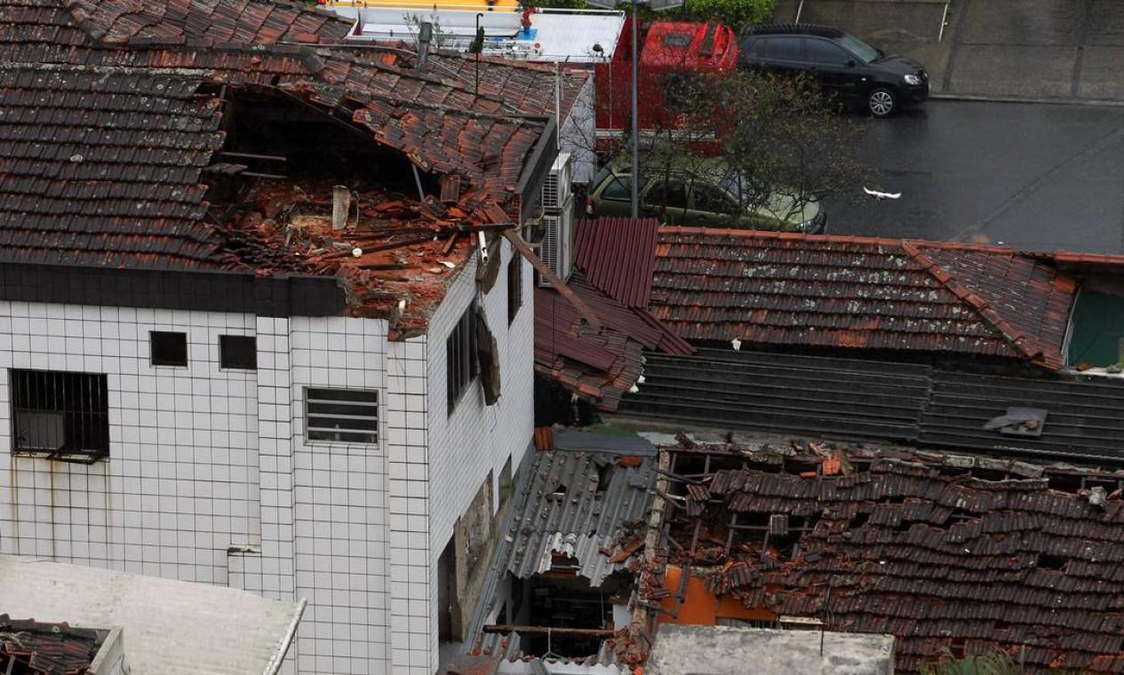 Construções foram atingidas pelo avião na queda Foto: Fernando Donasci / Agência O Globo
