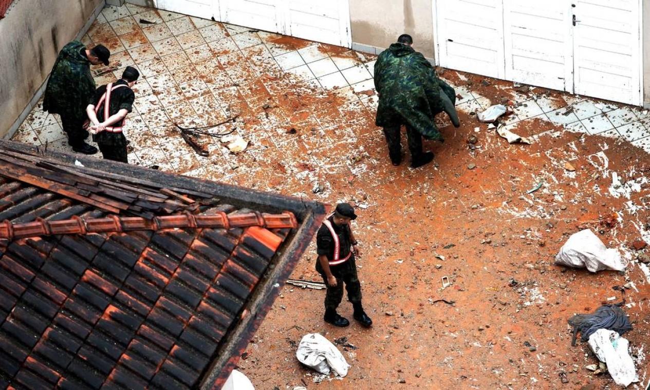 Bombeiros observam local onde caiu parte dos corpos das vítimas Foto: Fernando Donasci / Agência O Globo