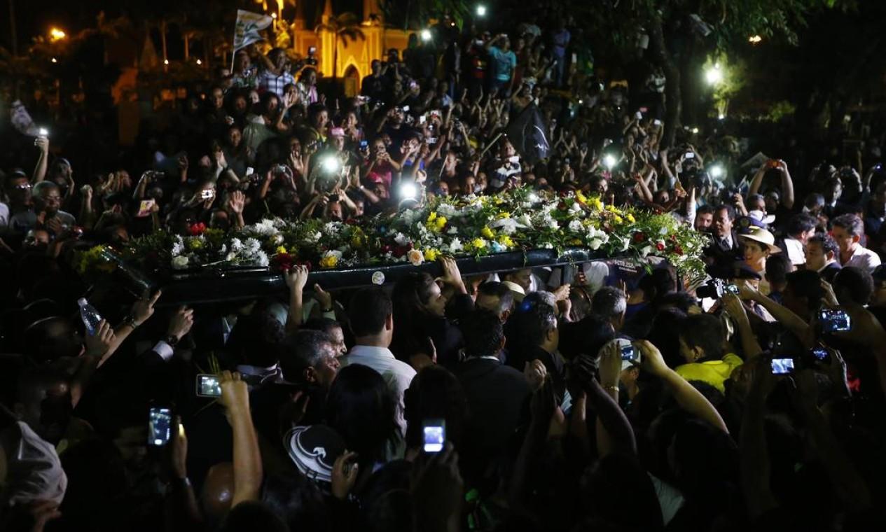 Multidão acompanha a família na chegada do cemitério de Santo Amaro, em Recife Foto: RICARDO MORAES / REUTERS