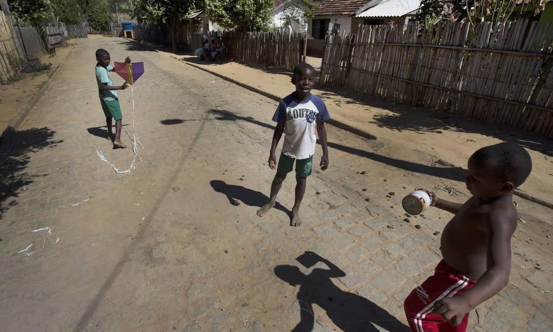Meninos em Laje do Muriaé soltam pipa numa das ruas da cidade, que tem um dos menores PIBs do Rio Foto: Antonio Scorza / Agência O Globo
