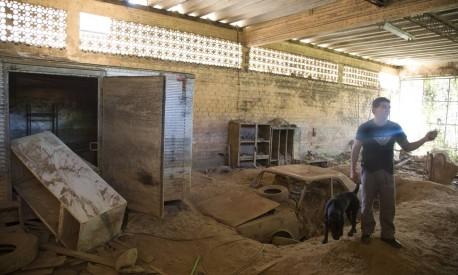 No galpao em Corrego D'Antas, Nova Friburgo, carro e móveis continuam soterrados quase quatro anos depois Foto: Antonio Scorza / Agência O Globo