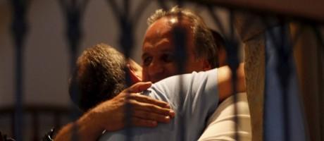 Reeleito, Luiz Fernando Pezão abraça o ex-governador Sérgio Cabral no hotel Windsor Foto: Marcelo Carnaval / Agência O Globo