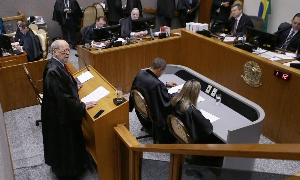 O advogado de defesa, Sepúlveda Pertence faz a defesa de Lula Foto: Jorge William / Agência O Globo
