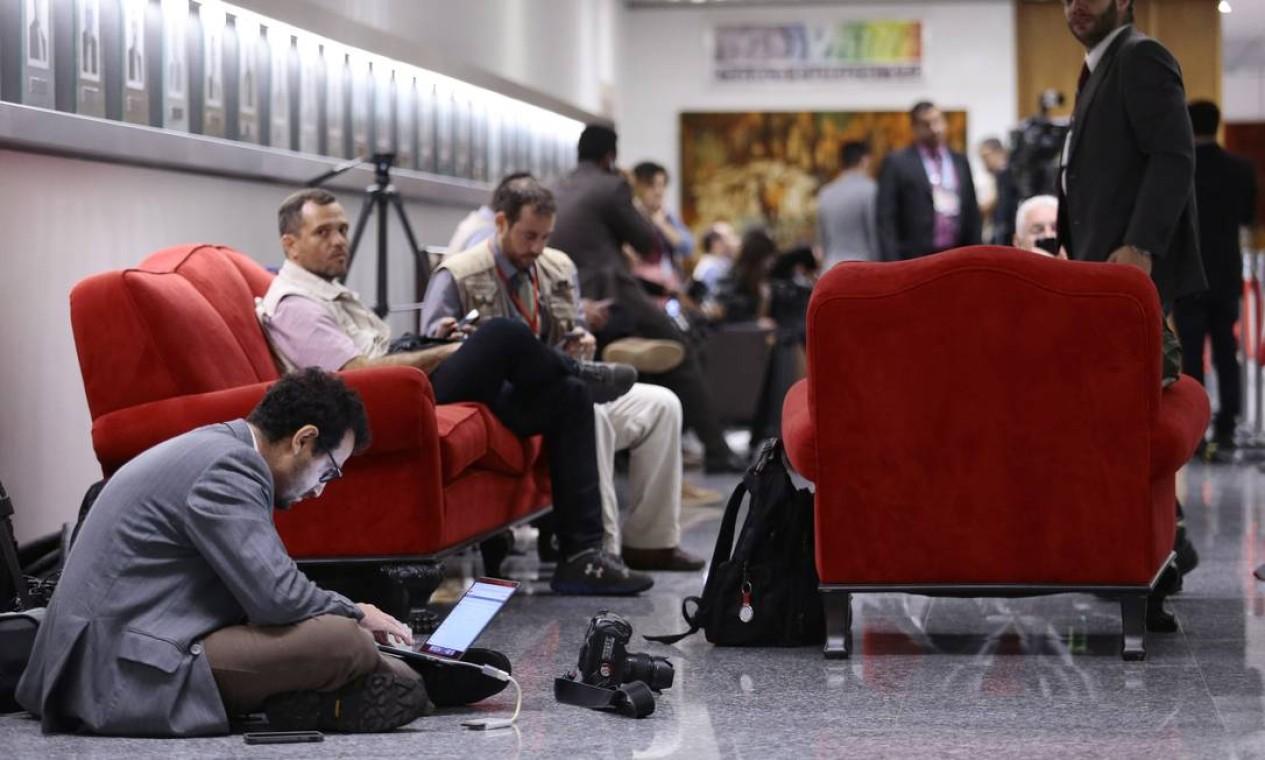 Jornalistas aguardam a liberação para entrar no plenário do STJ Foto: Jorge William / Agência O Globo