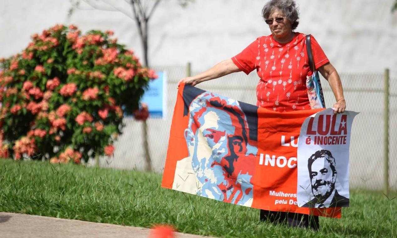 Manifestantes a favor de Lula em frente a entrada do STJ Foto: Jorge William / Agência O Globo