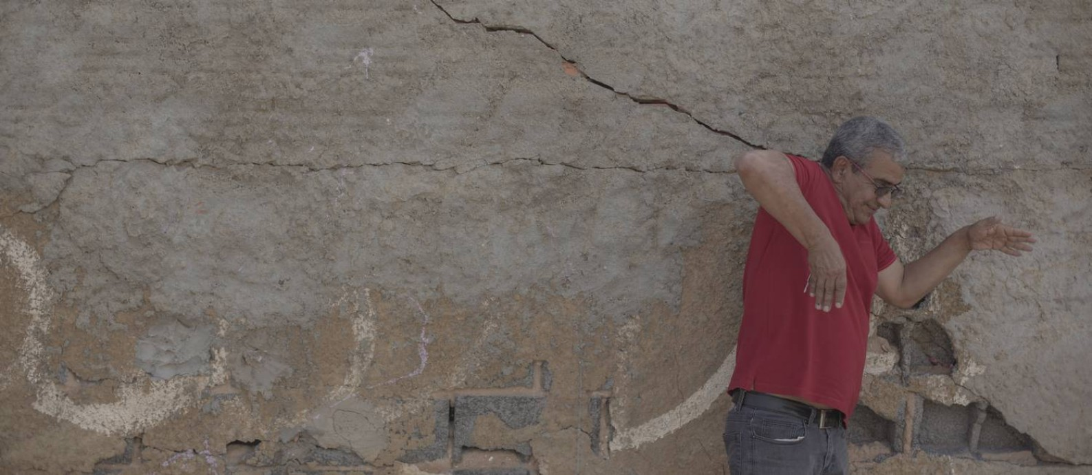Ednaldo Campos, coordenador do Comitê dos Rios Verde e Jacaré, que pertence à Bacia do São Francisco, mostra as rachaduras em muros e residências da cidade de Lapão, na Bahia Foto: Daniel Marenco / Agência O Globo