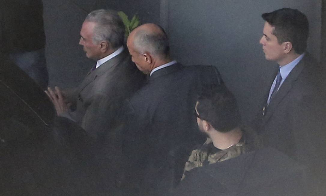 O ex-presidente Michel Temer é transferido por agentes da Polícia Federal a caminho do aeroporto de Guarulhos, antes de embarcar para o Rio de Janeiro Foto: Edilson Dantas / Agência O Globo