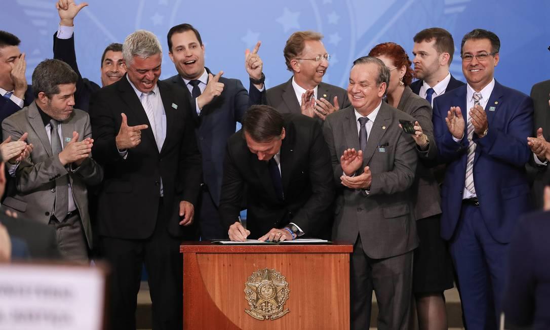 Presidente Jair Bolsonaro assina decreto que dispõe sobre a aquisição, o cadastro, o registro, a posse, o porte e a comercialização de armas Foto: Marcos Corrêa/PR / Divulgação