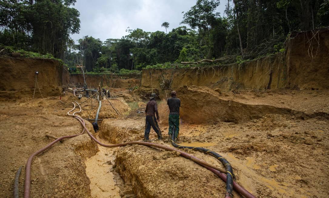 Garimpo ilegal de ouro na reserva dos Yanomami, na Amazônia Foto: Daniel Marenco / Agência O Globo