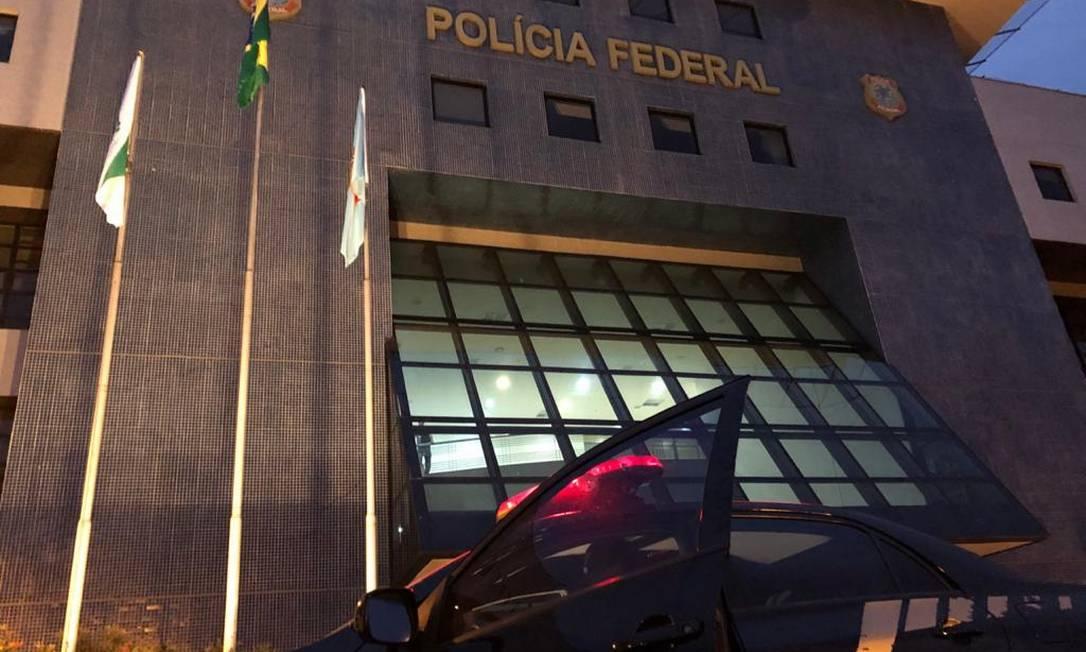 Policiais deixam a Superintendência da Polícia Federal em Curitiba