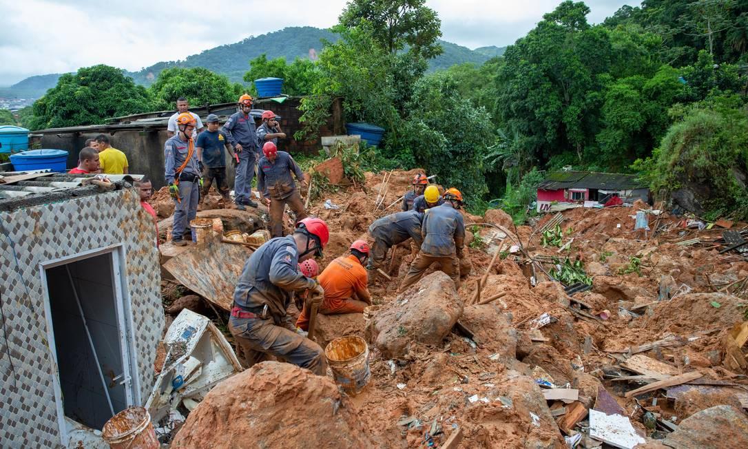 Bombeiros continuam buscas no Morro do Macaco Molhado, em Guarujá Foto: EDILSON DANTAS / Agência O Globo