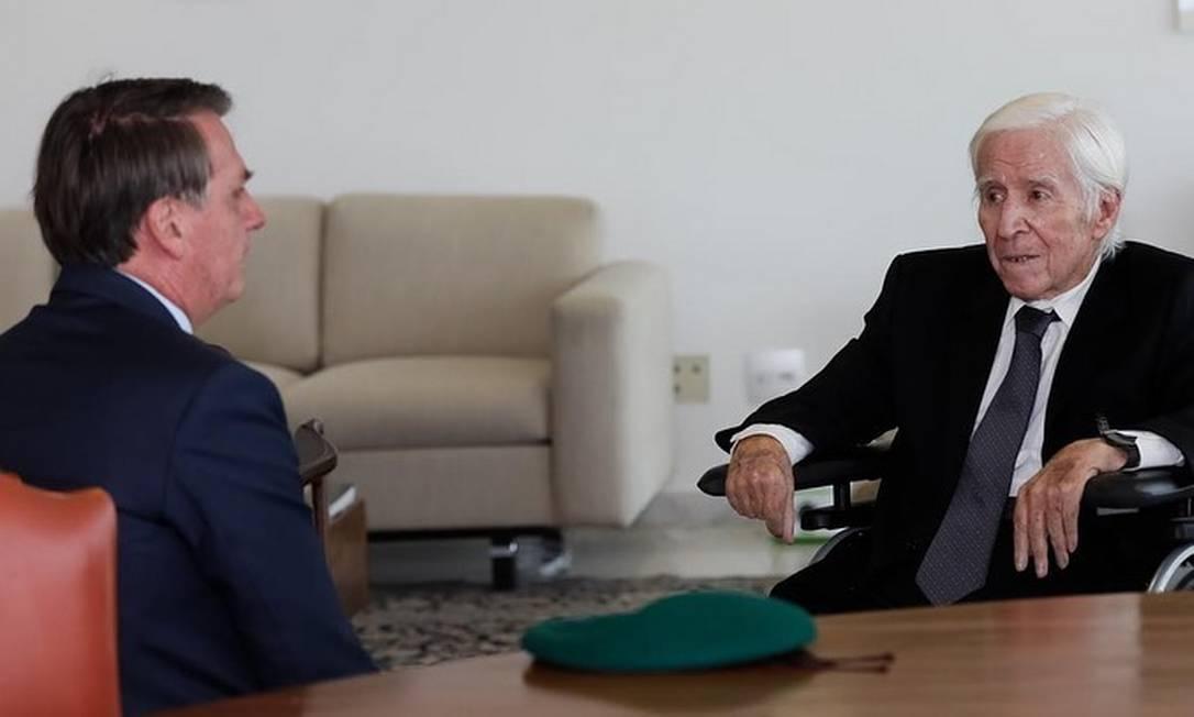 Bolsonaro e Sebastião Curió Rodrigues de Moura, um dos chefes da repressão à Guerrilha do Araguaia, durante encontro Foto: Reprodução Facebook