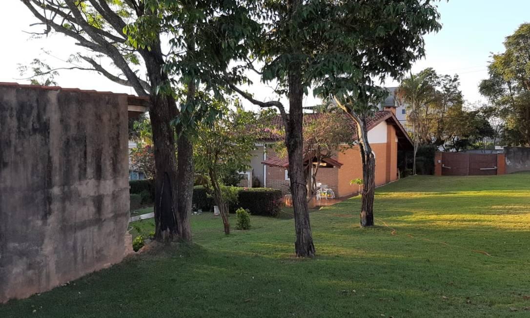 Pátio da casa onde foi preso o ex-assessor Fabrício Queiroz e que está registrada como escritório de Wassef Foto: Gustavo Schmitt / Agência O Globo