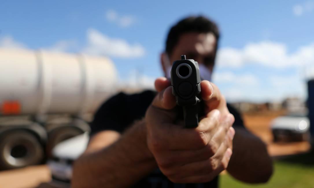 Dono de posto de gasolina conseguiu posse de arma neste ano apenas trinta dias depois de dar entrada no processo Foto: Jorge William / Agência O Globo