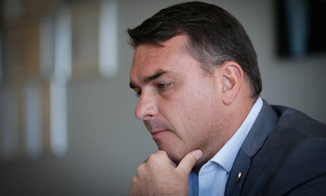 O senador Flavio Bolsonaro em seu gabinete Foto: Pablo Jacob / Agência O Globo