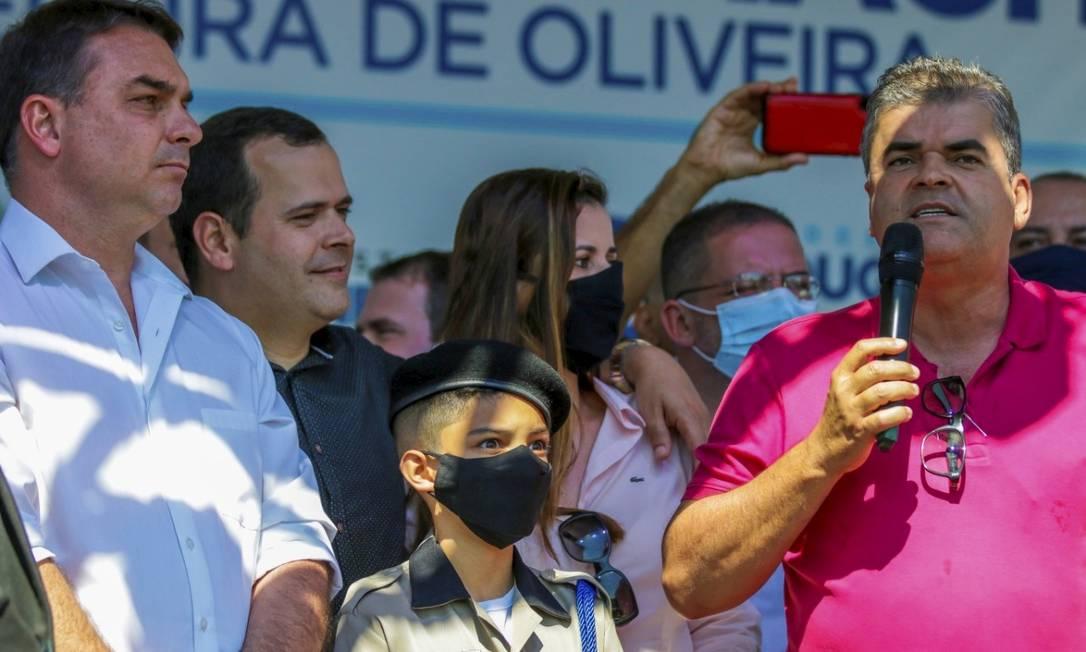 Senador Flávio Bolsonaro (PRB-RJ) participa de inauguração de viaduto com o prefeito de Duque de Caxias, Washington Reis. Foto Divulgação / Eliakin de Moura Foto: Agência O Globo