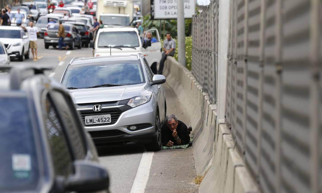Motoristas se protegem de tiroteio na Linha Amarela, via expressa do Rio de Janeiro, em 2018 Foto: Pablo Jacob / Agência O GLOBO